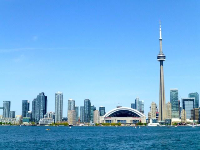 O skyline de Toronto a partir do Lago Ontário.