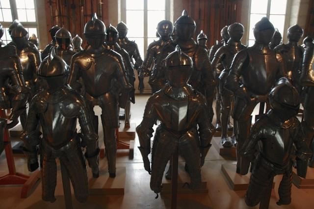 Armaduras medievais no Museu De L'Armeé