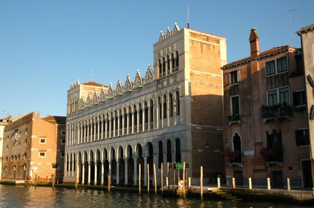 Os palácios na beira do Grande Canal