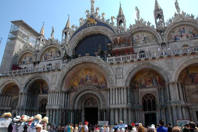 Os Cavalos de São Marcos no alto da fachada da Catedral