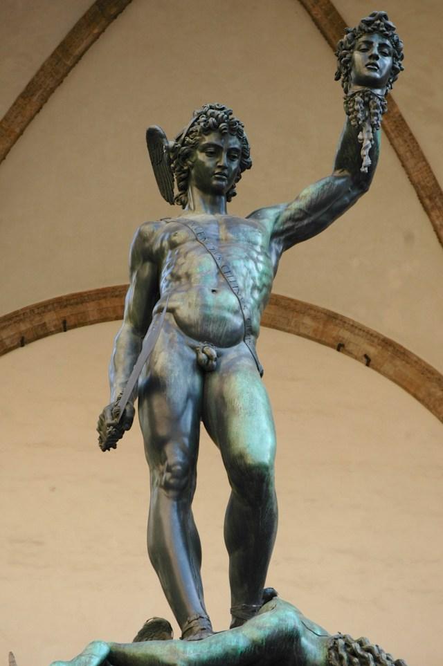 O Perseu segurando a cabeça da Medusa, de Cellini
