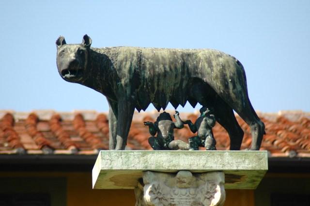 A loba, Rômulo e Remo, os símbolos da fundação de Roma.