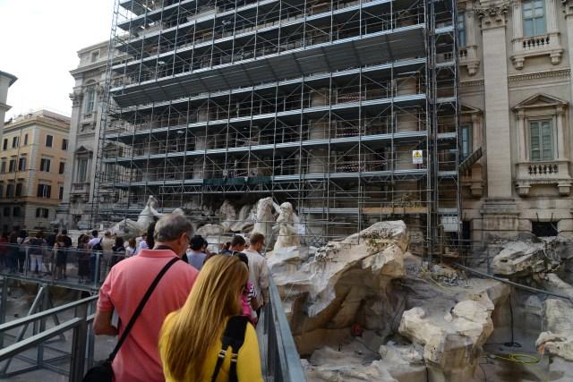 Os andaimes escondiam a fonte que estava sendo restaurada.