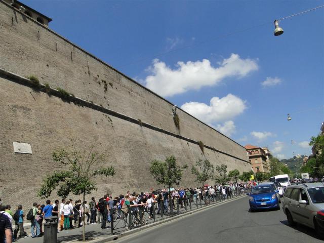 A fila para adquirir o ingresso do Museu é imensa.