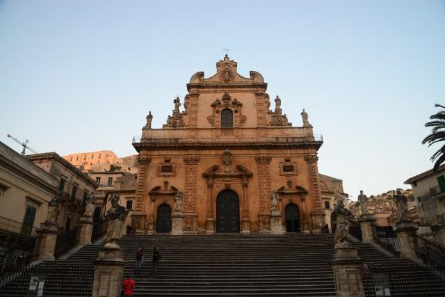 A fachada barroca da Igreja de São Pedro em Modica.