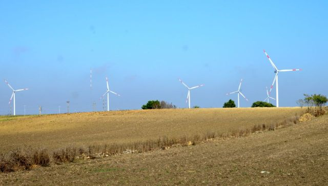Campos com moinhos de energia eólica.