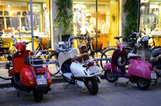 Lambretas, motos e bicicletas estão por todas as partes.