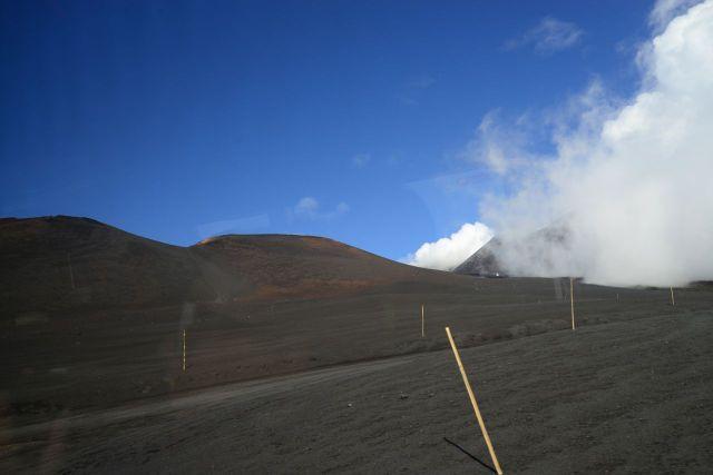 Estradas tomadas pelas lavas do vulcão.