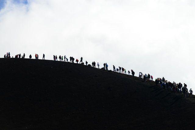 A árdua caminhada até a borda da cratera.