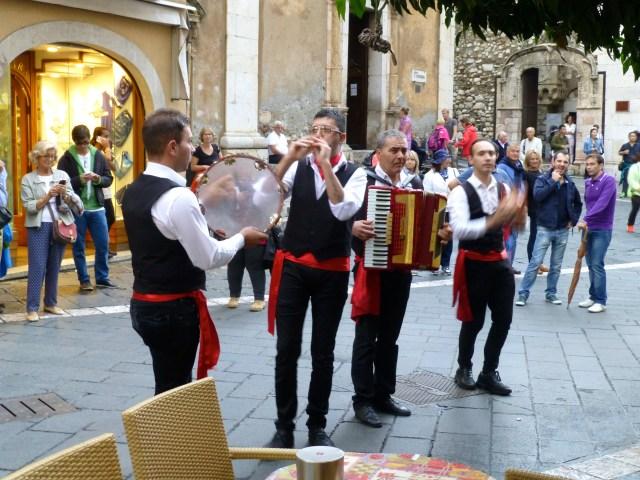 Músicos de rua dão as boas vindas a Taormina.