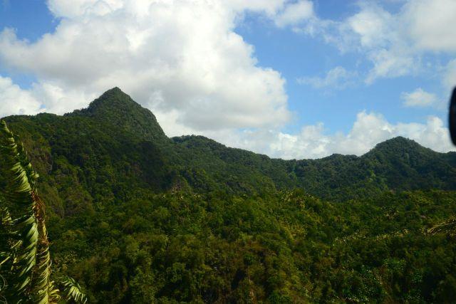 A paisagem montanhosa e as florestas tropicais dominam o interior da ilha.