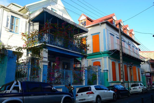 Casarões coloniais coloridos nas ruas de Pointe-à-Pitre