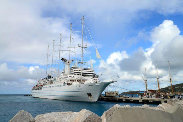 Barcos maravilhosos no porto de Sint Maarten .
