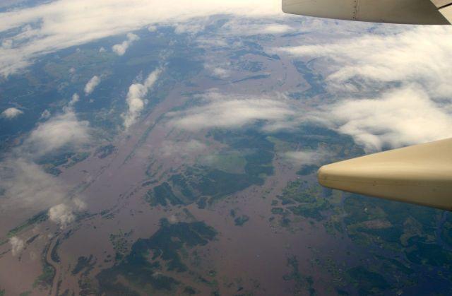 No voo sobre a Amazônia, em alguns trechos, as águas dos rios predominam sobre a floresta.