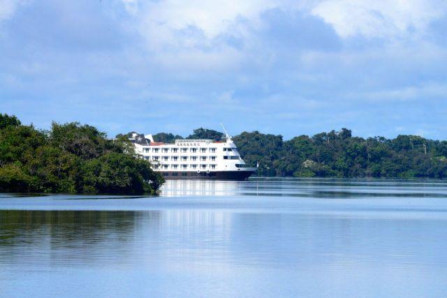 O Grand Amazon ancorado num igarapé.