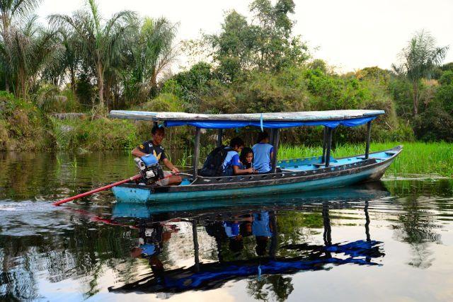 Barco transportando estudantes no Rio Ariaú.