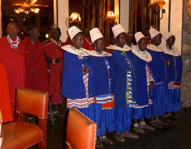 Os guerreiros Masai foram se apresentar para os hóspedes do hotel, antes do jantar.
