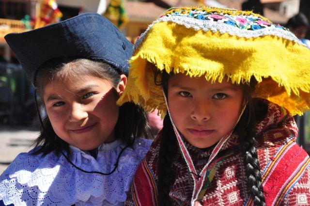 Crianças peruanas em Písac, no Peru