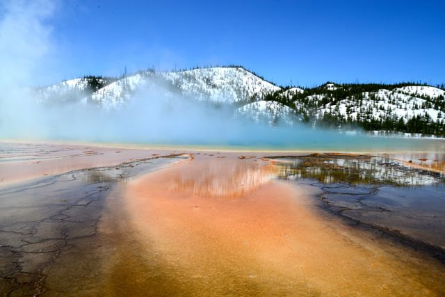 A Grande Prysmatic Hot Spring