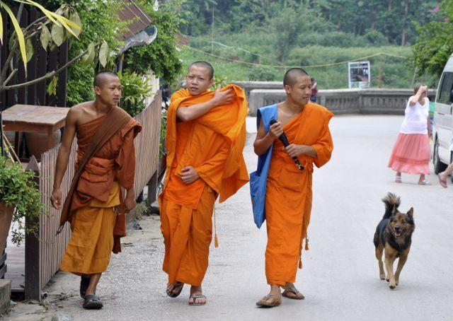 Monges budistas em Luang Prabang.