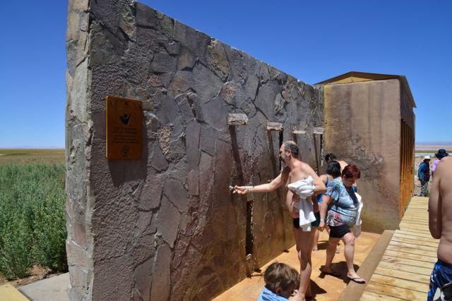 Existem duchas de água doce para a retirada do sal do corpo.