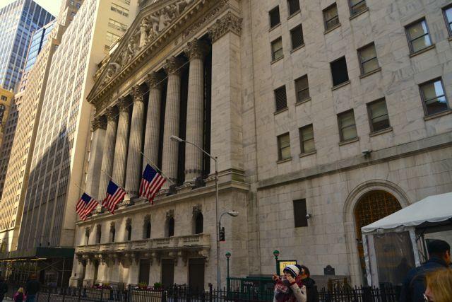 O famoso prédio da Bolsa de Valores de Nova York em Wall Street.