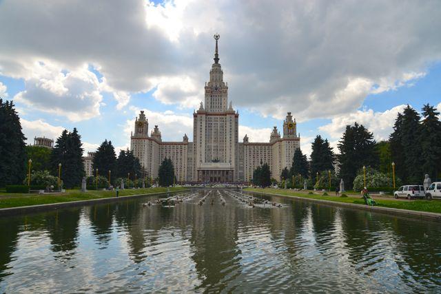 Os prédios foram construídos em estilo Classicismo Soviético