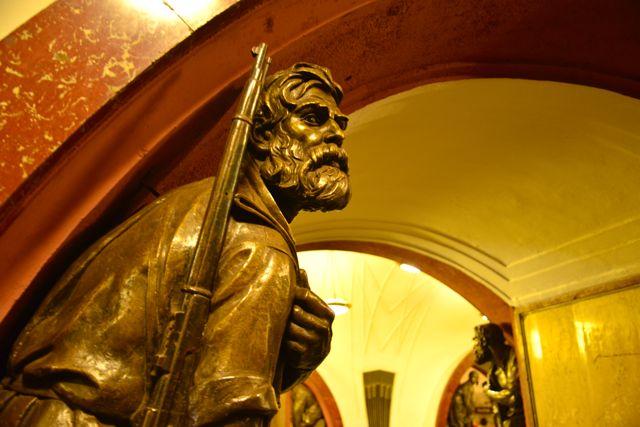 Esculturas de bronze na estação Plóschad Revoliústsy