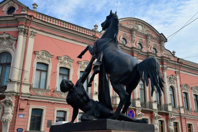 A Avenida é repleta de monumentos e obras de arte.