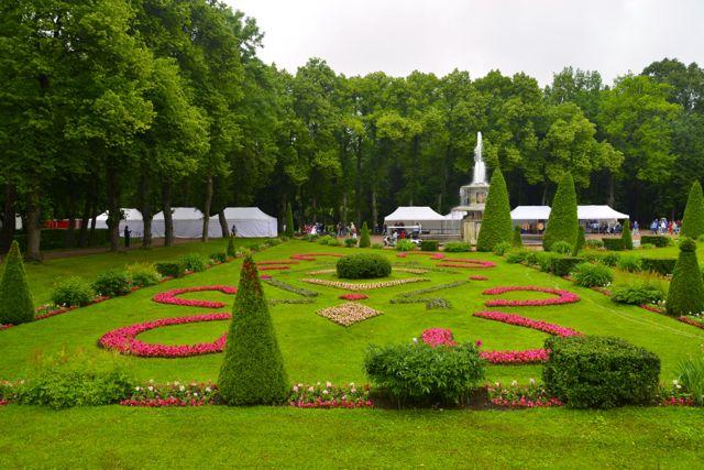 O jardim é inspirado em Versalhes.