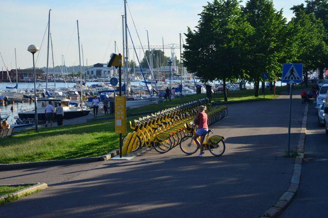 No verão, a população fica nos parques e na praia até tarde.