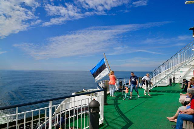 O ferry parece um navio de cruzeiro.