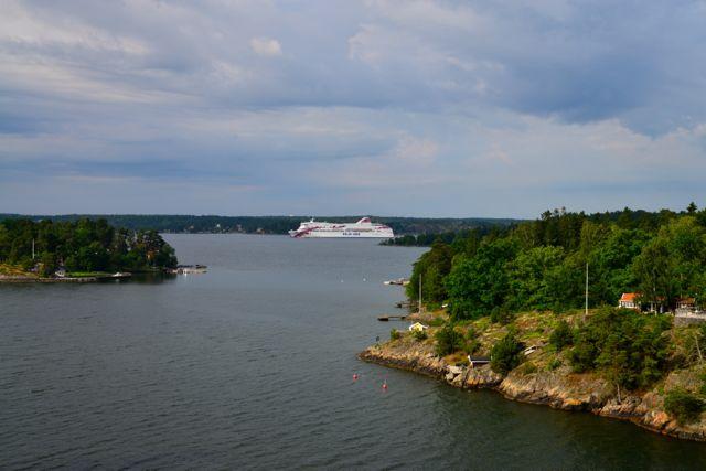 Os navios passam por entre os estreitos.
