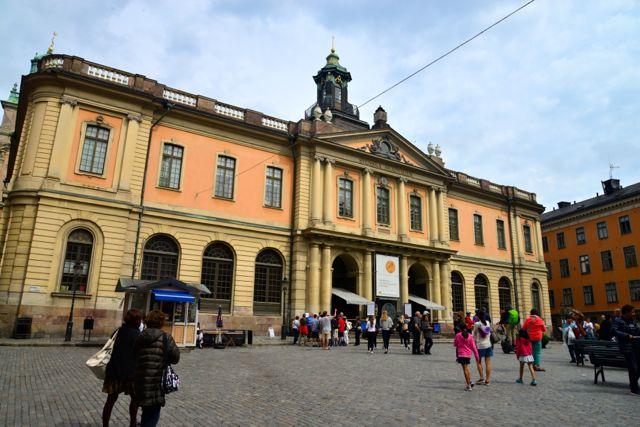 É nesse edifício, na Praça Grande, que os vencedores do Prêmio Nobel são anunciados.