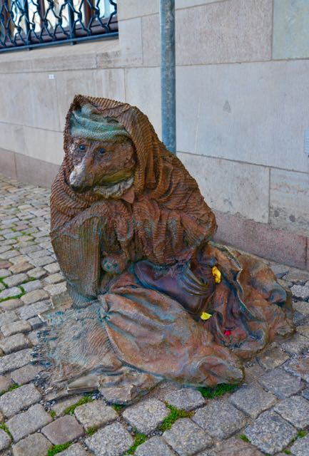 Escultura na Rua da Rainha em Estocolmo.