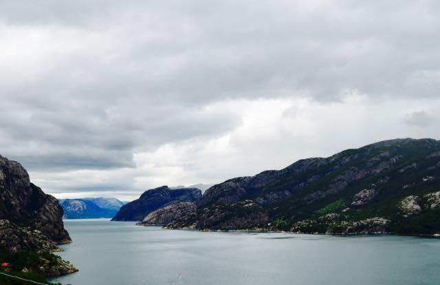 Um país de montanhas e mar.