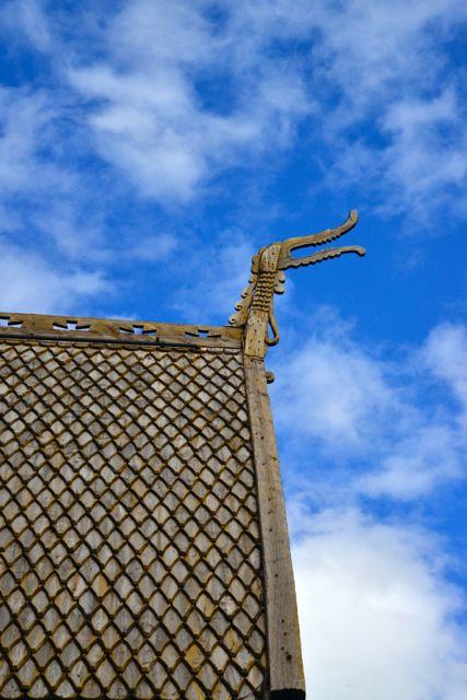 Símbolos pagãos no telhado da igreja.