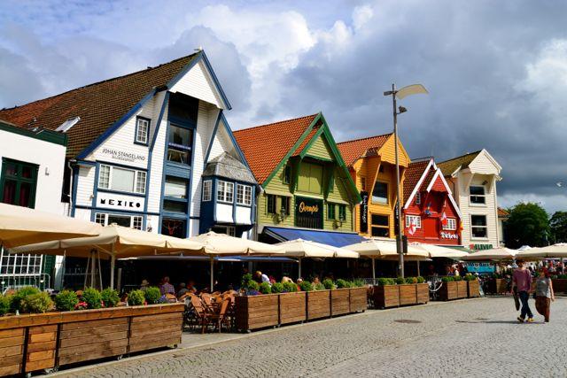 Muitos restaurantes no cais do porto.