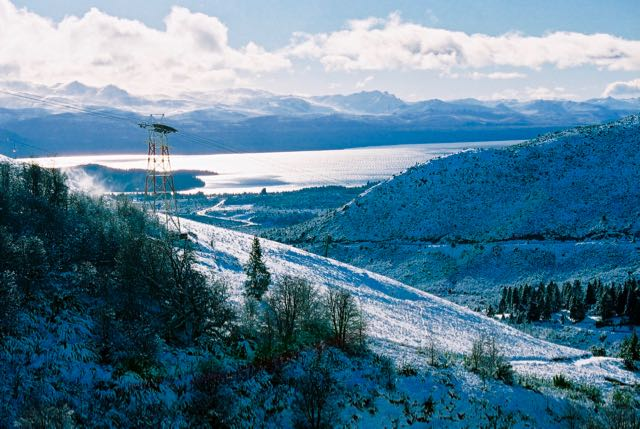 A cidade fica entre o lago e as montanhas.