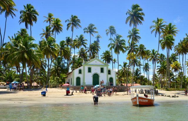 A Igrejinha de São Benedito é o principal cartão postal da Praia dos Carneiros.