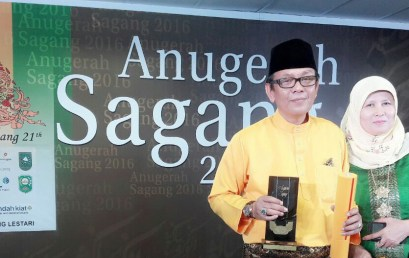 Dekan FKIP UMRAH Raih Anugerah Serantau Pilihan Sagang 2016