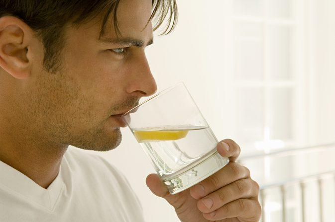 Água com limão em jejum emagrece? Mito ou verdade?