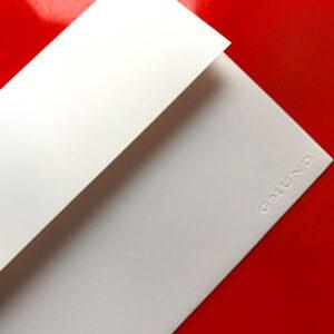 Karte mit weißen Bommeln, Frohes Fest gestempelt, weißer Umschlag