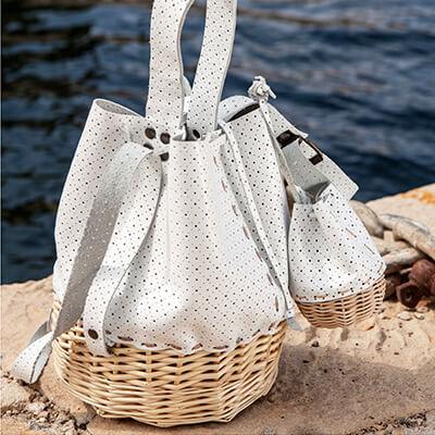 Les culbutos sont en osier blanc et cuir. Ils peuvent se porter à la main ou à l'épaule.