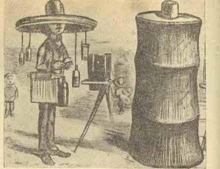 В 1856 г. появилась карикатура на фотографа тех лет - его шляпа спускалась вниз и превращалась в темную лабораторию