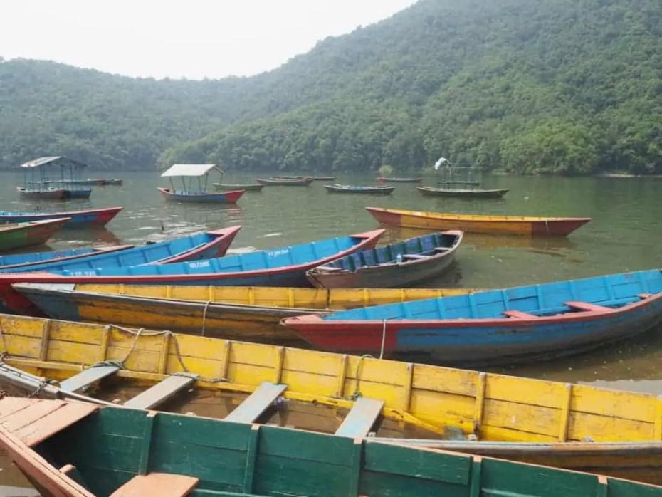 barques colorées sur le lac Phewa à Pokhara