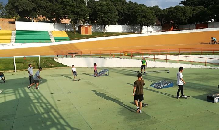 Jóvenes entrenan skate en el velódromo Alfonso Flórez Ortiz