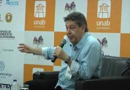 """Encuentro con autor """"Soñamos que vendrían por el mar"""" Juan Diego Mejía."""
