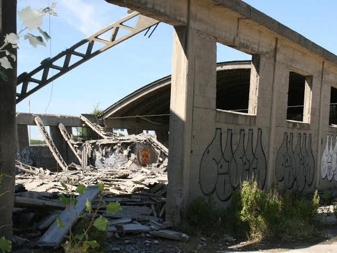 Abbandono e inutilizzo del patrimonio immobiliare: crolla un capannone ai Navicelli.
