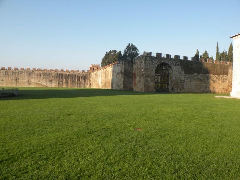 Gestione volontaria di un tratto delle mura di Pisa: ignorati i professionisti del settore e forse anche la Soprintendenza?